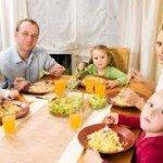 Padres comiendo con sus hijos